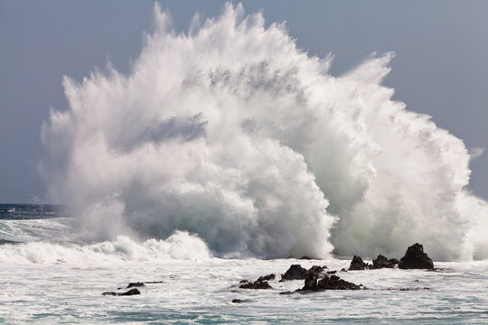 High wave breaking on the rocks