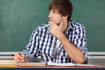 junger mann in der vorlesung