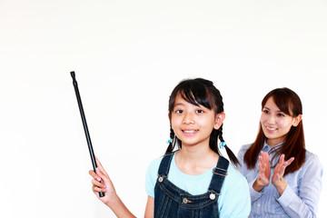 指示棒を持ち発表をする小学生