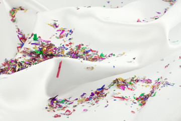 confettis sur tissu satin blanc