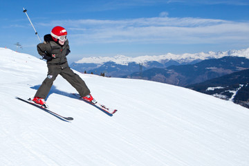 Sport d'hiver : Jeune skieur sur les pistes