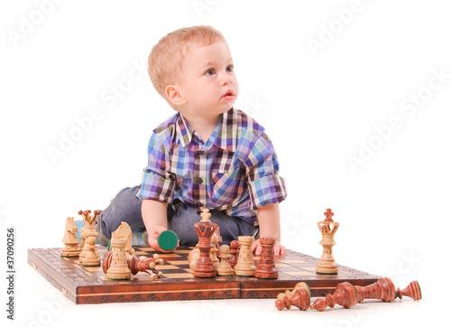 Картинки по запросу фото мальчик играет в шахматы
