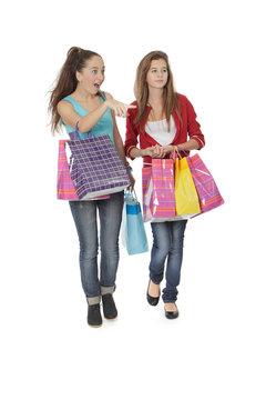 Adolescente en plein shopping