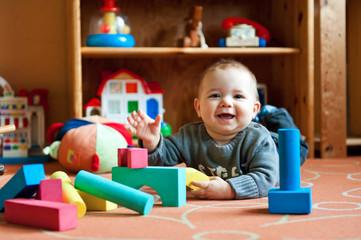 Baby mit Spielzeug
