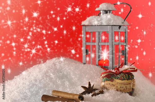 sternanis und zimt mit laterne im schnee stockfotos und lizenzfreie bilder auf. Black Bedroom Furniture Sets. Home Design Ideas