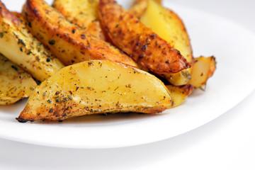 Жаренный картофель на белой тарелке