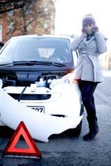 Frau beim Verkehrsunfall