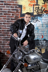 Мужчина и мотоцикл