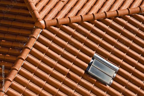 Toiture en tuiles rouges et zinc de toit d 39 immeuble photo libre de droits sur la banque d for Tuile de faitage prix