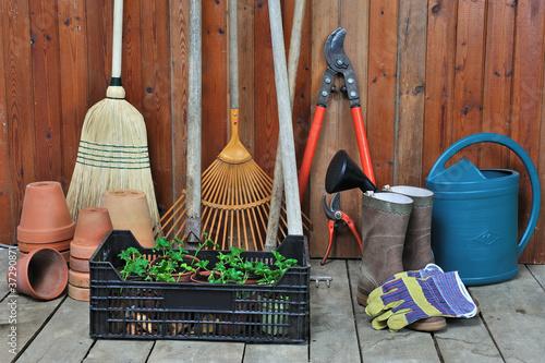 Mat riel de jardinage photo libre de droits sur la for Materiel jardinage