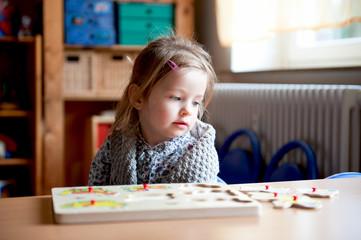 Mädchen spielt mit Puzzle