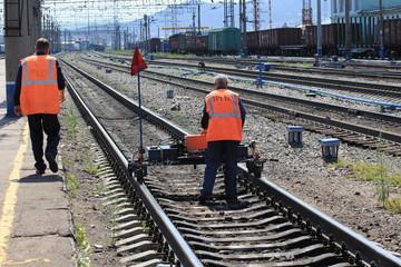 Рабочие на железной дороге