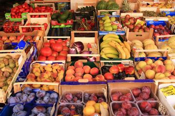 Cassette di frutta e verdura in esposizione