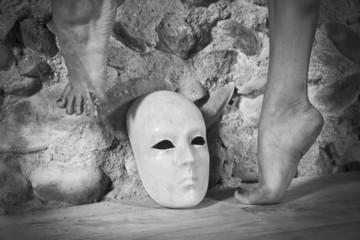 Pieds de danseuse au dessus d'un masque blanc