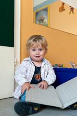Kleiner Junge mt Buch