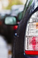 Rücklicht eines Autos mit Regentropfen