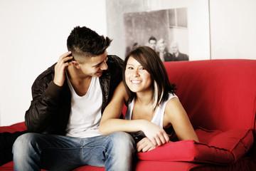 Junge und Mädchen auf der Couch