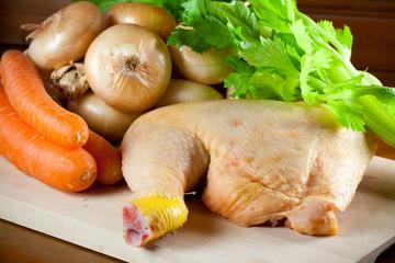 Coscia di pollo cruda con verdure