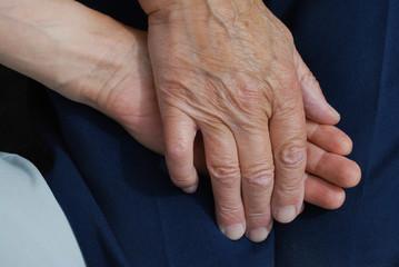 Hände halten - alt und jung