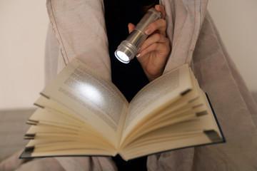 Taschenlampe und Buch