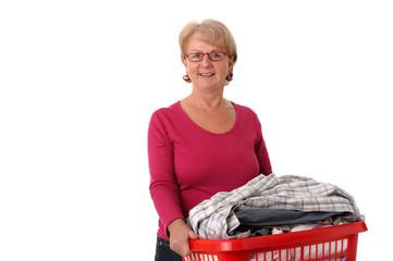 Hausfrau mit Wäschekorb voll Bügelwäsche..