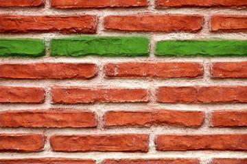 Backsteinwand Mauer mit grünem Stein