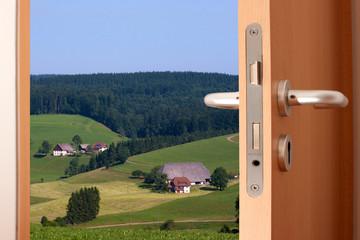 offen Tür mit Ausblick auf die Landschaft
