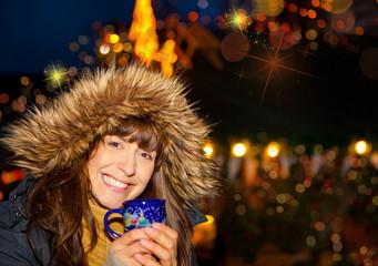 glückliche frau auf dem weihnachtsmarkt