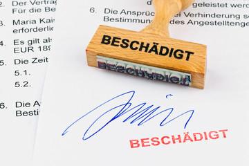 Holzstempel auf Dokument: Beschädigt