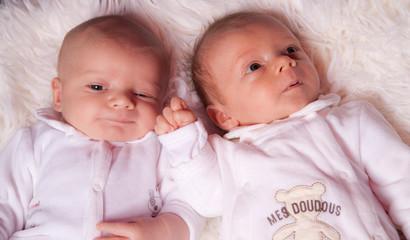 deux nourrissons de 3 semaines