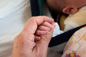 Baby und Elternhand