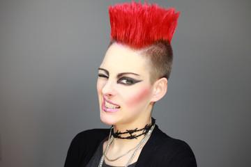 Frau mit rotem Iro Punk