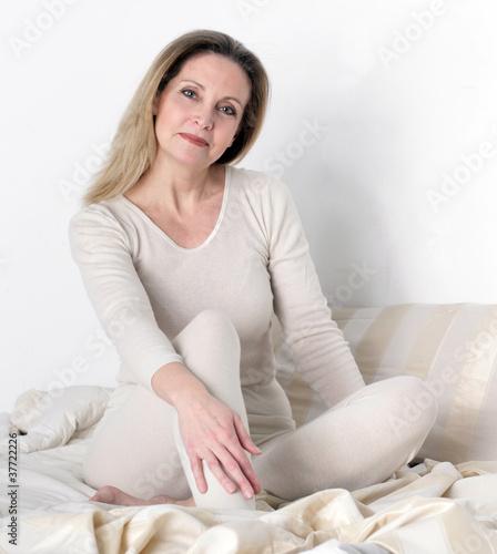 Frau Kathryn nackt auf dem Bett