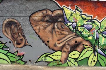 Primer plano de un graffiti de gorila. Arte urbano