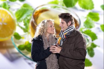 Zwei Personen trinken Tee, Pärchen im Winter