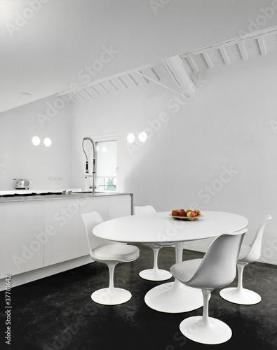 Sedie bianche intorno al tavolo ovale in cucina moderna for Abbonamento a cucina moderna