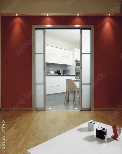 """""""scorcio della cucina vista dal soggiorno con pareti rosse"""" Immagini e Fotografie Royalty Free ..."""