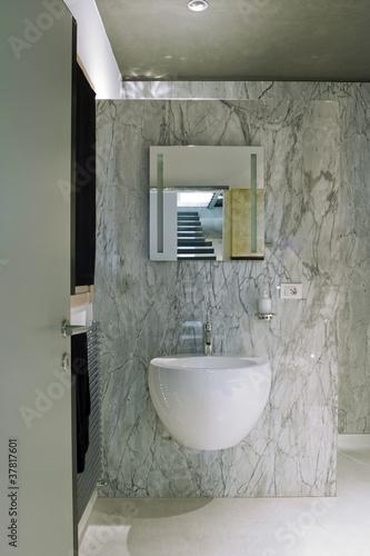 """Bagno moderno con rivestimento di marmo grigio"""" immagini e ..."""