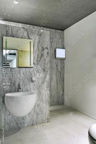 bagno moderno con rivestimento e pavimento di marmo Immagini e ...