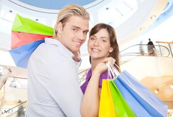 attraktives pärchen mit einkaufstüten