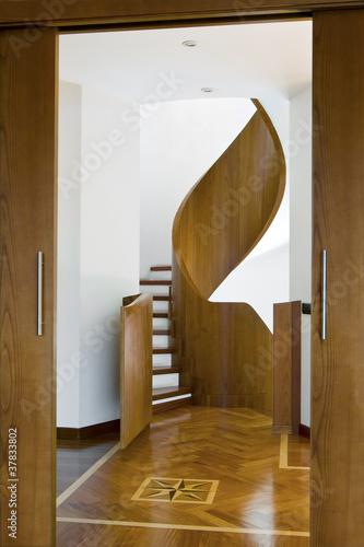 Scala a chiocciola e pavimento di legno con intarsio for Scala a chiocciola di 5 piedi