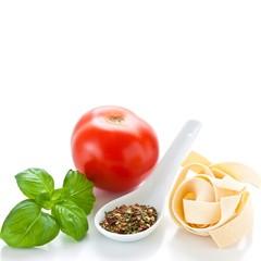 Pasta, Gewürzmischung, Tomate und Basilikum