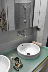 dettaglio del lavabo rotondo su piano di cristallo in bagno