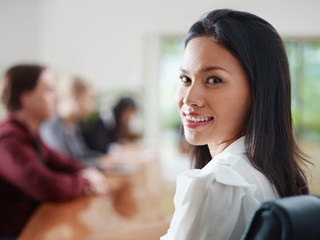 businesspeople talking in meeting room and woman smiling Fototapete