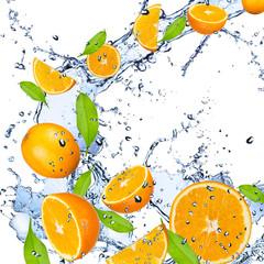 Papiers peints Dans la glace Fresh oranges falling in water splash