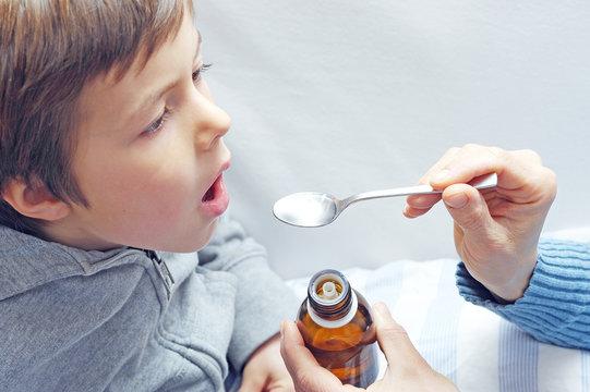 Kind bekommt Medizin