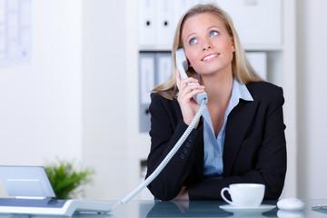 hübsche sekretärin am telefon