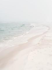 Miękki mglisty brzeg morza - 38111676