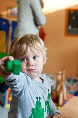 Junge spielt mit Bausteinen