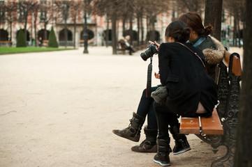 touristes asiatiques place des Vosges à Paris